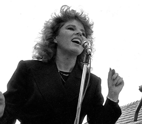 Idestova jó harminc éve, szélfútta tincsekkel egy hőskorszakbeli fellépésen. Még mondja valaki, hogy az éneklés nem szexi! Balázs Klári ezen az 1980-as, balatoni turnén ismerkedett meg Korda Györggyel, akinek vokálozott.