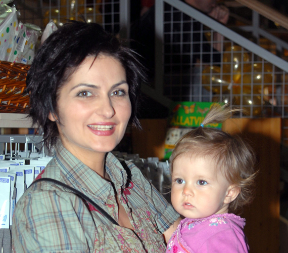 Varga Izabella első terhességét úgy oldották meg a forgatókönyvírók, hogy szerepe szerint Párizsba utazott, ahonnan csak két évaddal később érkezett vissza. Másodszorra viszont állapotosan is játszhatott, hiszen a sorozatban is babát várt.