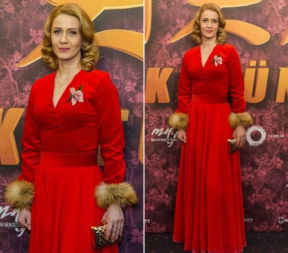 Balsai Móni, a Liza, a rókatündér címszereplője tűzpiros ruhájában természetesen a premier legtöbbet fotózott sztárja volt. A ruhát a Celeni tervezője, Cselényi Eszter álmodta meg.