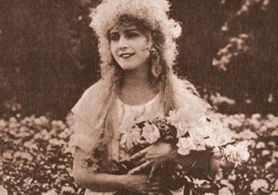 Bánky Vilma, vagy ahogy Amerikában ismerték, Vilma Banky 1901-ben látta meg a napvilágot Dorogon. Pályafutása az 1910-es években Budapesten kezdődött, de forgatott Németországban és Franciaországban is. Egy tengerentúli rendező érkezett egyszer a magyar fővárosba, aki ismert színésznőket szeretett volna átcsábítani az amerikai filmiparba. Így talált rá Bánky Vilmára. A fotó 1919-ben készült, a híresség legelső filmszerepében, a Tavaszi szerelemben.