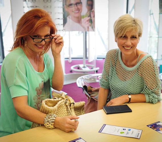 Mindkét csinos RTL-es az idén nyáron divatos menta színt választotta: Barabás Éva egy lazára kötött felsőt, Keleti Andi egy virágmintás pólót viselt.