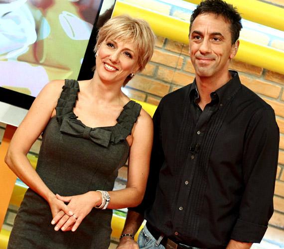 Műsorvezetőtársával, Csonka Andrással igazi összeszokott párosként várják a nézőket, jól megértik egymást, és frappánsan humorosak a beszélgetések alatt.