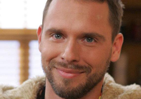 Novák Laci fia, Csaba (Kővári Tamás) a kezdetek óta játszott a sorozatban. A történet szerint autóbalesetben vesztette életét az M1-es autópályán.