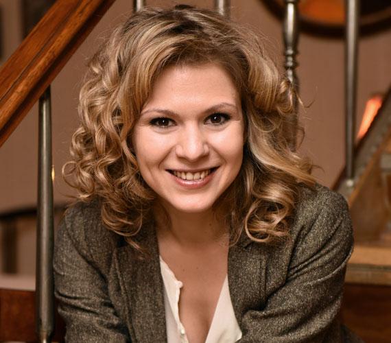 Dr. Mórocz Emília lányát, Kővári Natasát a fiatal színésznő, Mezei Léda formálja meg. Őt is láthattuk korábban a sorozatban egy kisebb szerepben: 2010-ben Balassa Imre egyéjszakás barátnőjét alakította.