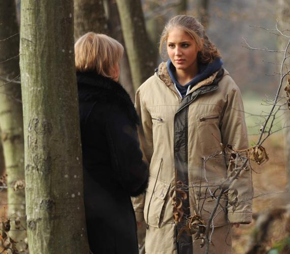 Holman Hanna és Berényi Claudia végül az erdőben kötnek ki, és menekülni kényszerülnek üldözőjük elől.