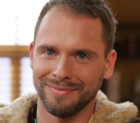 Kővári Tamásnak meg kellett halnia, Novák Csaba karakterét ugyanis kiírták a sorozatból. Tamás saját vállalkozást alapított a kamera másik oldalán, miután színészként túlságosan kiszolgáltatottnak érezte magát.