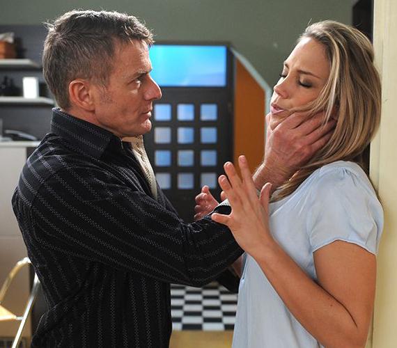 Bartha Zsolt nem tud megbocsátani Zsófinak, amiért az megcsalta Miklóssal. A férfi agresszívvá válik, verni kezdi a feleségét, aki végül a kórházban köt ki.