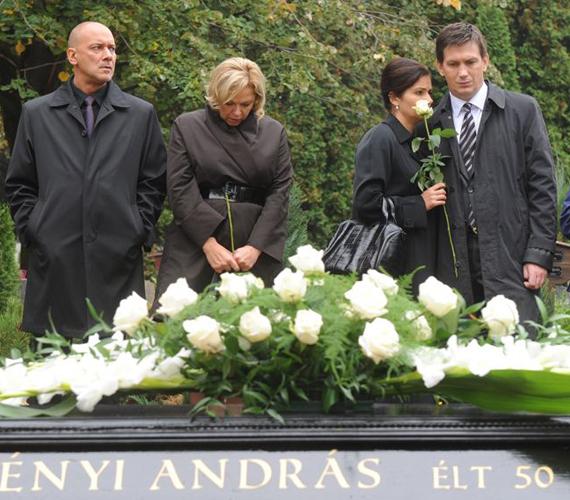 A Berényi Andrást alakító R. Kárpáti Péter is távozott a sorozatból, karaktere lezuhant egy ház tetejéről és meghalt.