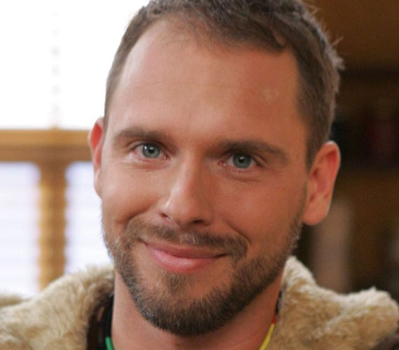 Kőváry Tamás, aki Novák Csabát játszotta a sorozatban, szerepe szerint az M1-esen halálos autóbalesetet szenvedett.