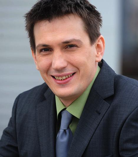Berényi Attila - Domokos László  2009-ben került Berényi Attilaként a sorozatba. Korábban a marosvásárhelyi Nemzeti Színház tagja volt, 2002-óta pedig a Honvéd Kamaraszínházban játszik. Felesége, Tóth Ildikó szintén szakmabeli, miatta költöztek Magyarországra.