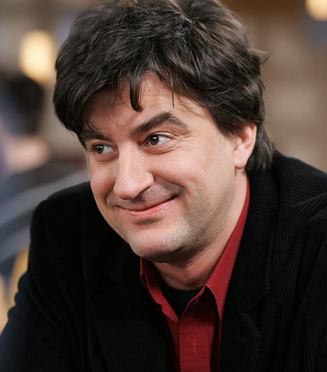 Novák László - Tihanyi-Tóth Csaba  Édesapja és húga szintén szakmabeliek. Több színházban is dolgozott már. 1998-ban megalapította a Tihanyi Vándorszínpad társulatot, ami mesedarabokkal és operett részletekkel szórakoztatta a közönséget.