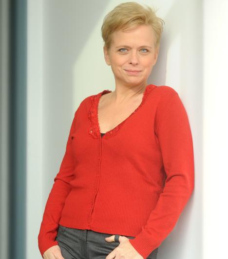 Novák Éva - Csapó VirágA kaposvári Csiky Gergely Színház színésznője a Barátok közt kezdő csapatával indult, 1998 és 2003 között alakította Novák Éva fodrásznőt. A történet szerint vidékre költözött. Az alkotók 2012-ben néhány részre visszahozták karakterét, miután sorozatbeli fia, Csaba halálos kimenetelű balasetet szenvedett.