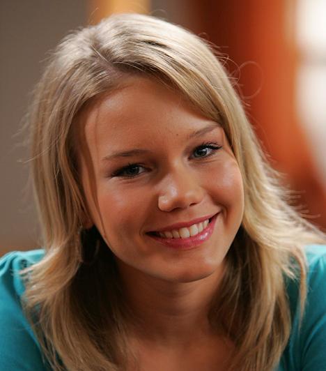 Illés Vanda - Kardos EszterVanda karakterét 2007-ben először Magda Szilvia formálta meg, ám tőle néhány hét elteltével megváltak, ekkor kapta meg az 1991-ben született Kardos Eszter a szerepet. A fiatal színésznő a színház és a reklámfilmek mellett szívesen szinkronizálja a mese- és gyerekfilmek hőseit.