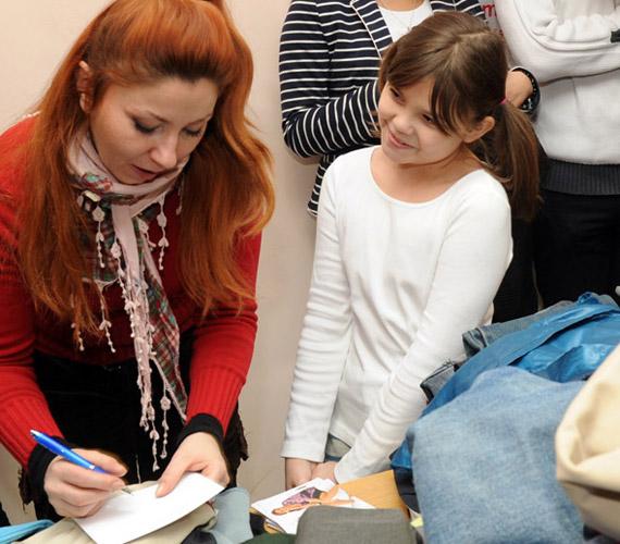 A többi szereplő is jól érezte magát az összegyűlt ruhaneműk átadásán: Gyebnár Csekka örömmel adott autogramot kis rajongójának.
