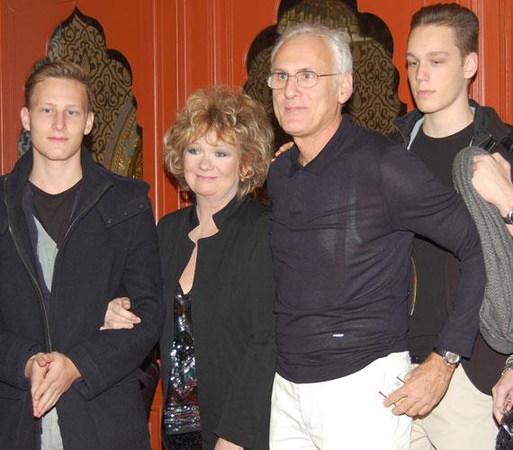 Básti Juli és Puskás Tamás fiaikkal: a 18 éves Samu és a 16 éves Dávid le sem tagadhatnák szüleiket, főleg az édesapjukra hasonlítanak.