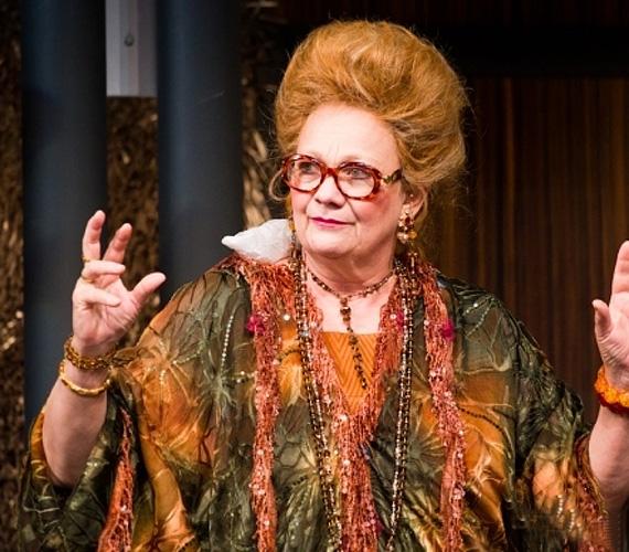 A színésznő brillírozik a darabban, a Scherer Péterrel játszott közös jelenetekben a nő ezer arcát, összes szélsőségét felvillantja.