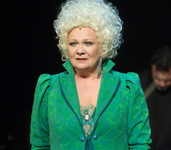 A Nemzeti Színház klasszikusában, Schiller Ármány és szerelem című drámájában Lady Milfordot, a fejedelem kegyencnőjét kelti életre.
