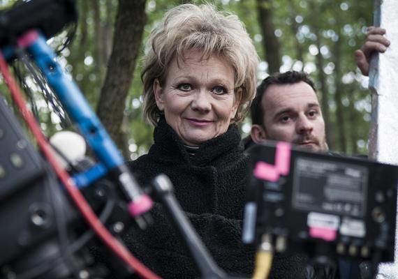 A magyar HBO saját gyártású sorozatának első és második évadában is felejthetetlen egy kisebb karakterszerepben: ő Léna (Martinovics Dorina) édesanyja.