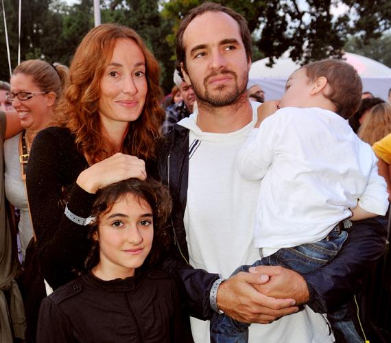 A nagyobbik lány a kistestvéreivel is remekül kijön, a fotón is négyesben láthatók - édesapja kezében öccse, Mór szundít.