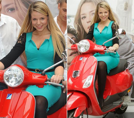 A Család-barát magazinból ismert F. Tóth Petra igazán szemrevaló jelenség volt türkizzöld ruhájában a piros robogón.