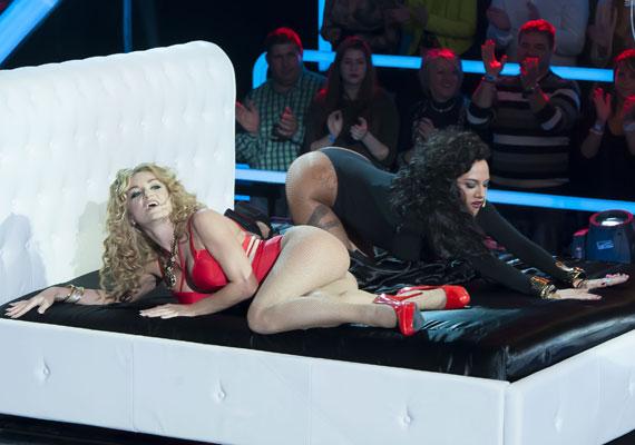 Szandi és Tóth Gabi olyan szexi produkciót hozott össze a Sztárban Sztár döntőjének első estéjén, hogy egész héten a háromgyerekes énekesnő formás hátsóját dicsérte a bulvársajtó.