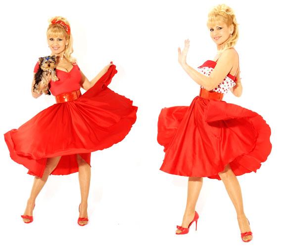 A retró hangulatú piros ruhában kifejezetten dögösen néz ki, jól áll neki a fiatalos stílus.