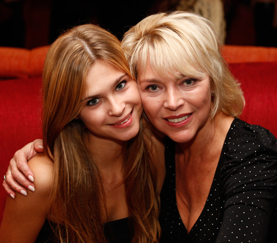 Az 56 éves Nyertes Zsuzsának szintén van egy lánya, Zsuzsó, aki idén 21 éves. Színésznő anyukája nagyon büszke rá.
