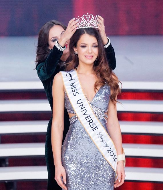 Nagy Nikoletta, a korábbi győztes megkoronázza Bódizs Veronika szépségkirálynőt, aki a Fülöp-szigeteki Miss Universe világversen Magyarországot képviseli jövőre.