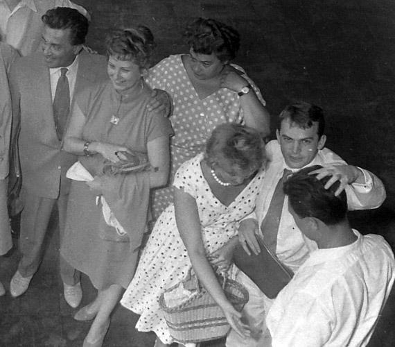 Egy régi fotó színész kollégáival 1959-ből. Bodrogi Gyula néz fölfelé. A bal oldali színésznő egyébként Komlós Juci, a Szomszédok Lenke nénije még fiatalon.