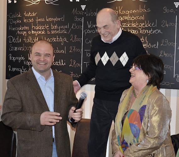 Bodrogi Gyula jobban izgult, mint saját színházi premierje előtt szokott, amikor ünnepélyesen, a nagy tömeg miatt egy székre felállva megnyitotta a fia, Ádám budai vendéglőjét.