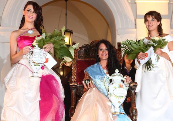 Bár szórakozni érkezett 2010-ben Balatonfüredre, végül a 185. balatonfüredi Anna-bál szépségkirálynőjének első udvarhölgyévé választották - a kép bal oldalán.