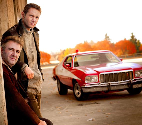 A New York-i bűntetteket felderítő széria, a Starsky és Hutch az első zsarusorozatok egyike volt. Hónapokba telt, mire megszerezték a fotózáshoz a filmben is látható tűzpiros oldtimert.