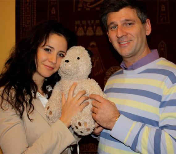 Gubás Gabi színésznő egy közepes méretű medvét adott át Kárász Róbertnek.