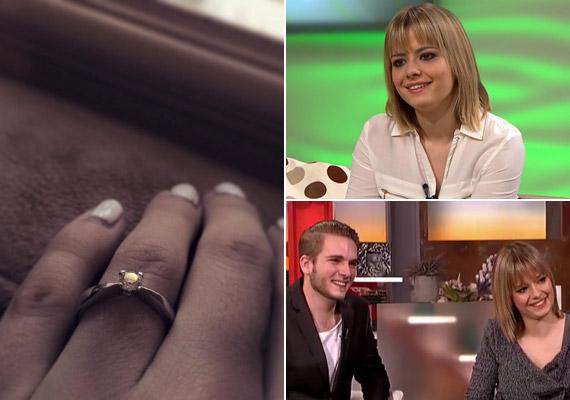 """December 21-én Lola tette közzé a Facebook-oldalán, milyen gyűrűt húzott szerelme az ujjára. """"Én vagyok ma a legboldogabb a világon!"""" - írta a 26 éves énekesnő."""