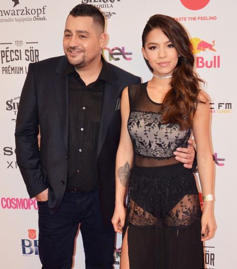 Caramel és felesége, Szilvi  Az év férfi előadója kategóriában jelölt énekes felesége, Molnár Szilágyi Szilvi átlátszó ruhájában kiérdemelhette volna a legdögösebb feleség címet a 2016-os Comet-gálán.