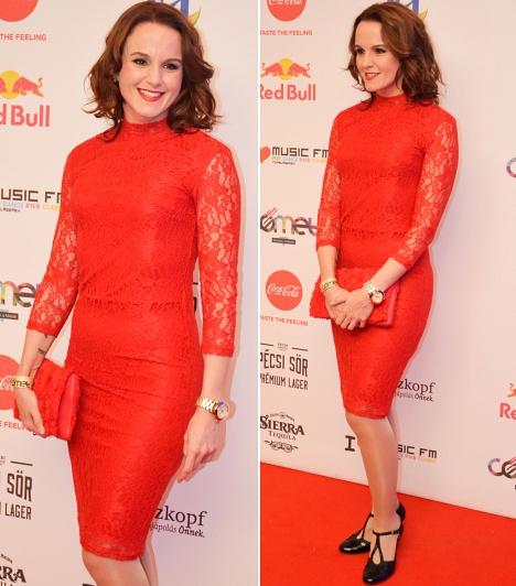 Kollányi Zuzsi                         Az énekesnő ebben a piros csipkeruhában vehette át A legjobb klip díját, amelyet Majkával közös, Eléglesz című dalukhoz készítettek.