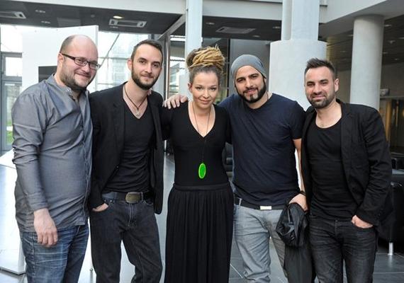 A csapat az albán versenyző, Rona Nishliu társaságában. Az énekesnő is bejutott a döntőbe, amit az albániai súlyos buszbaleset 11 áldozatának ajánlott.