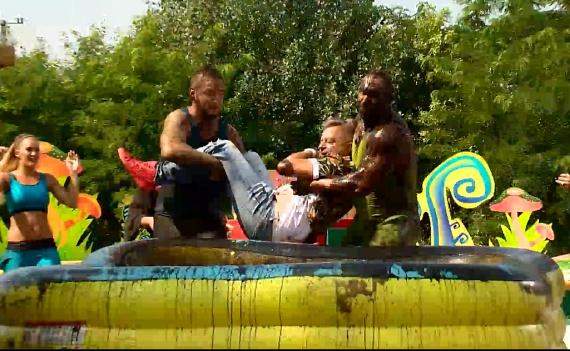 Berki és Curtis közös erővel belehajította a vicceskedő műsorvezetőt a medencébe.
