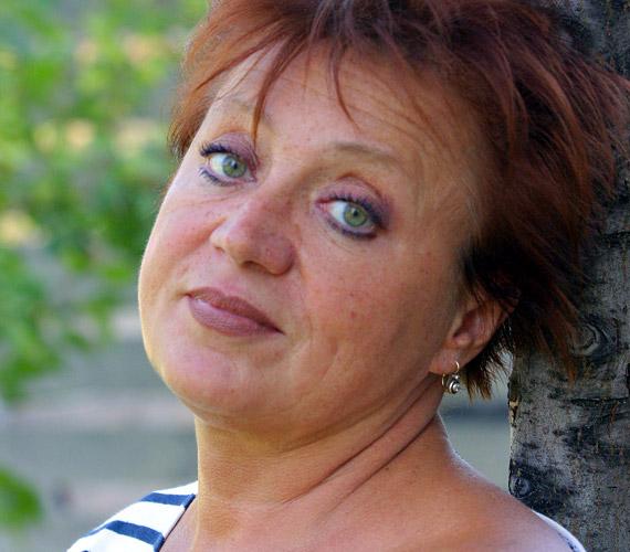 A színésznő általában rövid, vöröses frizurát visel, de a szőke is jól áll neki.