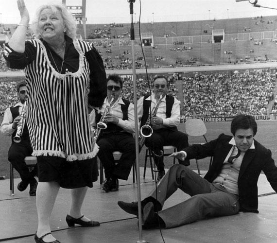 Csala Zsuzsa és az ifjú Straub Dezső a SZÚR-on is szórakoztatta a közönséget. A hetvenes-nyolcvanas években minden május utolsó vasárnapján tömött lelátók előtt rendezték a színész-újságíró futballmérkőzést, azaz a SZÚR-t.