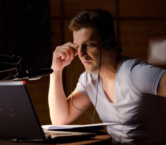 Csányi Sándor a Kaméleon, a Csak szex és más semmi vagy az S.O.S. szerelem! után ismét egy vígjátékban szerepel: meleg rádiós műsorvezetőt játszik klisék nélkül.