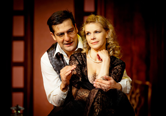 A Thália Színház 2012-ben bemutatott nagysikerű bohózatában, az Esküvőtől válóperigben összeházasodtak, majd el is váltak néhány jelenet során.
