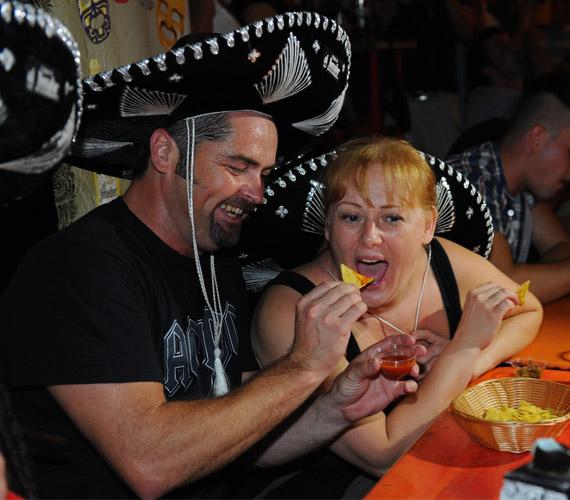 A Jóban Rosszban sorozatban házaspárt alakító színészek egymást etették a pikáns falatokkal.