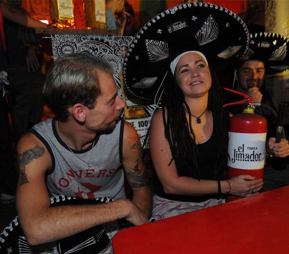 Terecskei Rita a verseny győzteseként Keresztes Ferenc világbajnok mixerrel egy tequilaalapú koktélt készíthetett el.