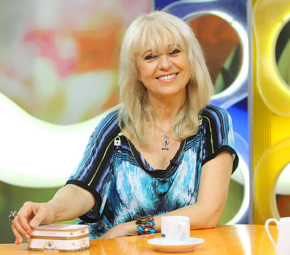 Az énekesnő pajzsmirigybetegséggel is küzdött az utóbbi időben. Térdműtétje mellett emiatt is döntött úgy, hogy diétázik, aminek köszönhetően 55 évesen is csúcsformában van.