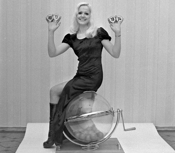 Cserháti Zsuzsa 1972-ben a lottósorsoláson. Ebben az évben lett országosan ismert a Táncdalfesztiválnak köszönhetően, melyen a Nem volt ő festő és a Repülj, kismadár című dalokkal indult.