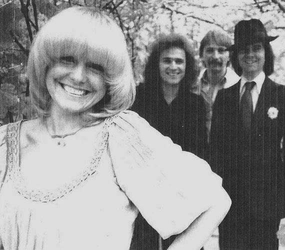 Egy fekete-fehér felvétel 1978-ból - sugárzóan szép és boldog. Nem véletlenül: ehhez az évhez kötődik legnagyobb slágere az Édes kisfiam című dal, amelynek a magyar szövegét eredetileg Kovács Katinak írta Bradányi Iván, de az énekesnő lemondott róla Cserháti Zsuzsa javára.
