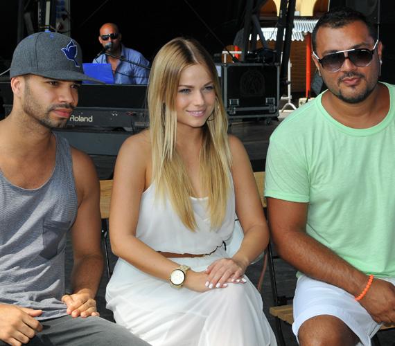 A rendezvényen több sztár is megjelent, köztük Kállay-Saunders András, aki a jobb oldalon ül, és Gáspár Laci, aki balra található.