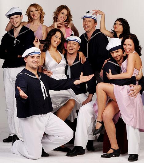 Everdance  Az Everdance táncegyüttest 2007 nyarán alapította Takács Péter azzal a céllal, hogy egyedi, számos stílust ötvöző, egész estés előadásokat hozzon létre. Hivatásos válogatott tánckarát Magyarország több pontjáról, valamint a határon túlról toborozta össze. Több száz sikeres fellépést tudhatnak a hátuk mögött, ám a Csillag születikből harmadikként végül nekik kellett távozniuk.