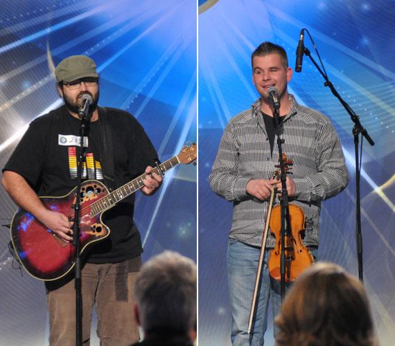 A Marosvásárhelyről érkező Molnár József és Vízi Imre egyedi módon egy gitárral és egy hegedűvel adták elő Caramel Lélekdonor című számát.
